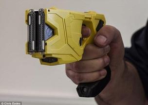 Les policiers armés de pistolets taser depuis maintenant un an